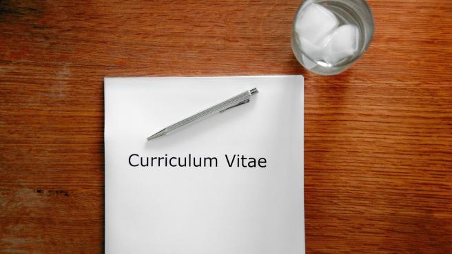 Otro aspecto fundamental a la hora de obtener un trabajo es que el currículum no se haga demasiado pesado o largo. Así, la capacidad de resumir va a ser puesta a prueba. Lo ideal es que en una cara el candidato muestre sus principales logros.