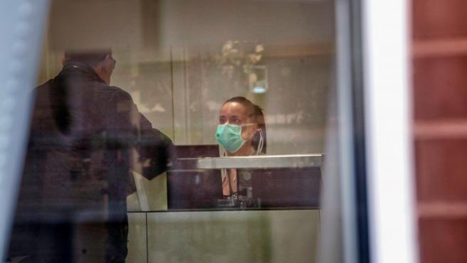 El hospital de Igualada en una imagen de este jueves, en la que se ve a una trabajadora del centro con mascarilla.