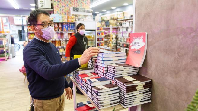 Un comerciante trabaja con una mascarilla por el brote de coronavirus en Vitoria.
