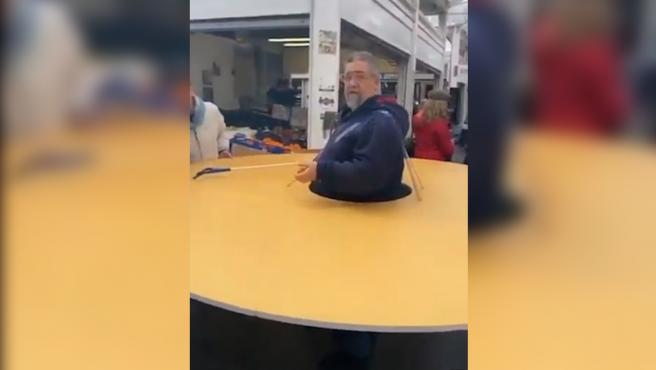 Un italiano se construye un círculo de cartón gigante para protegerse de otras personas por el coronavirus.