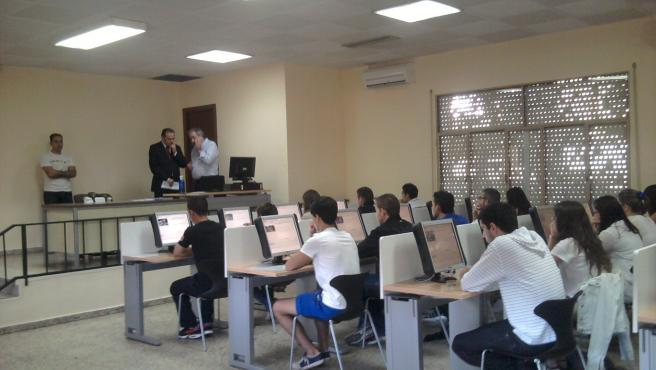 Alumnos realizando el examen teórico de conducir por ordenador, en una imagen de archivo