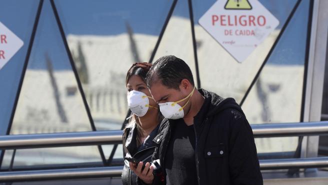 Dos personas, con mascarillas en el centro de Madrid.