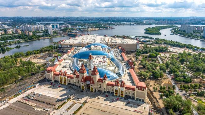El parque de atracciones abarca 300.000 metros cuadrados, entre el propio parque y el centro comercial.