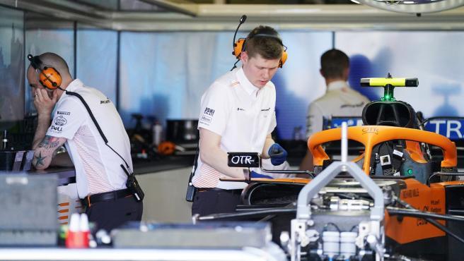Miembros de McLaren en el box del equipo.