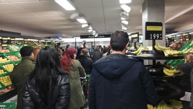 Decenas de personas esperan para pagar su compra en un Mercadona en Madrid en plena crisis por el coronavirus.