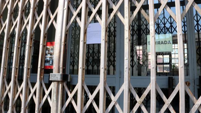 Reja del Instituto Emperador Carles de Barcelona, cerrado este viernes 13 de marzo.