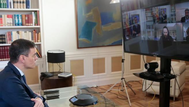 Pedro Sánchez habla por videoconferencia con el resto del Gobierno.