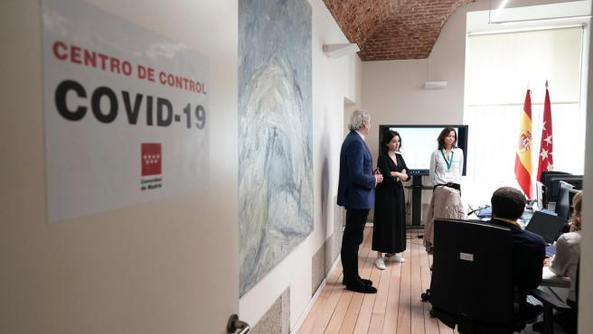 Díaz Ayuso en el nuevo Centro de Control del coronavirus de la Comunidad de Madrid.