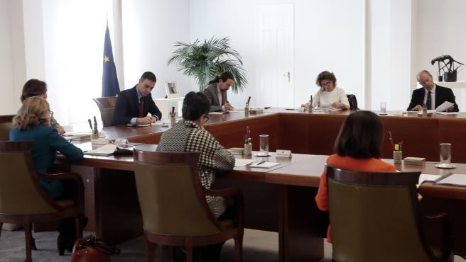 Los ministros guardan las distancias de seguridad en el Consejo extraordinario para evitar el contagio.