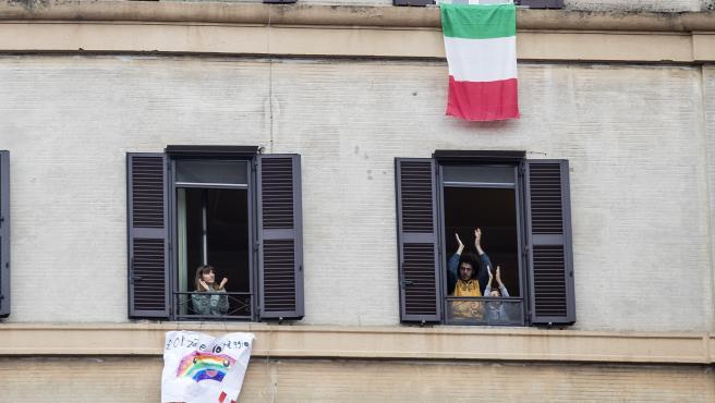 Varias personas que guardan cuarentena en Italia aplauden a los sanitarios.