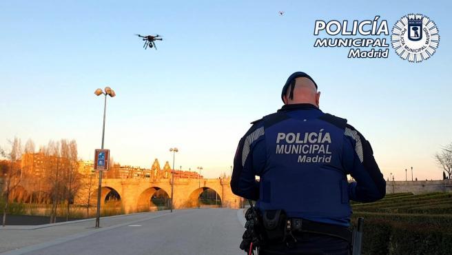 La Policía Local de Madrid utiliza drones para instar a la gente a irse a casa por el coronavirus.