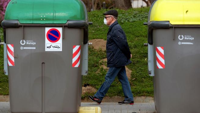 Un hombre pasea por Barcelona con una mascarilla.