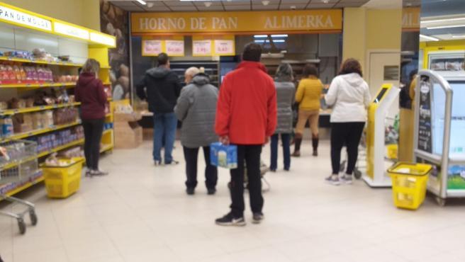 Gente en un supermercado coincidiendo con el decreto del Estado de Alarma por el coronavirus.