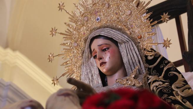 Imagen de la virgen de la Caridad en la Semana Santa de Sevilla en 2019.