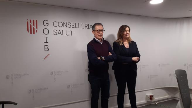 La consellera de Salud y Consumo, Patricia Gómez, y el médico miembro del comité de alerta por coronavirus, Javier Arranz.