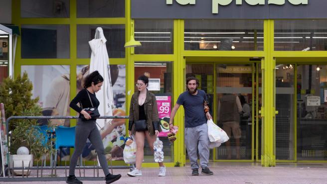 Imagen de un supermercado de La Manga (Murcia), en plena crisis del coronavirus.
