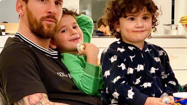 Messi escogió esta foto con sus hijos para enviar su mensaje.