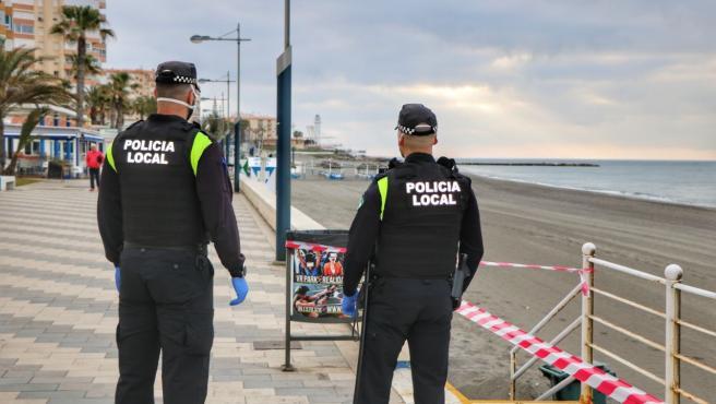 Policías Locales de Torrox vigilan una de las playas del municipio.