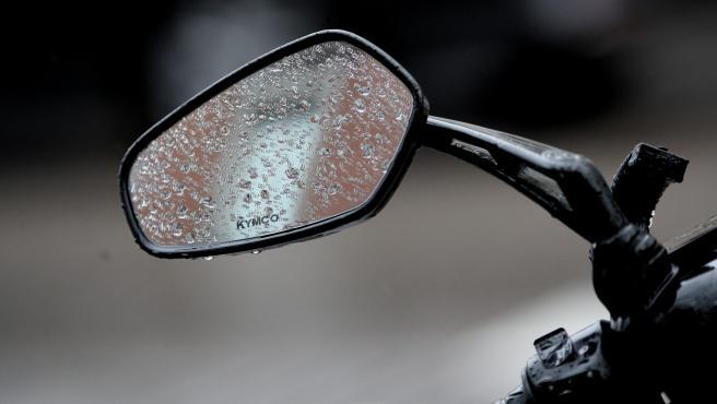 Un espejo de una moto mojado al pasar la borrasca `Gloria´ y dejar fuertes lluvias en la capital, en Madrid (España), a 24 de enero de 2020.