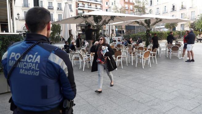 Un policía, durante el estado de alarma en España.
