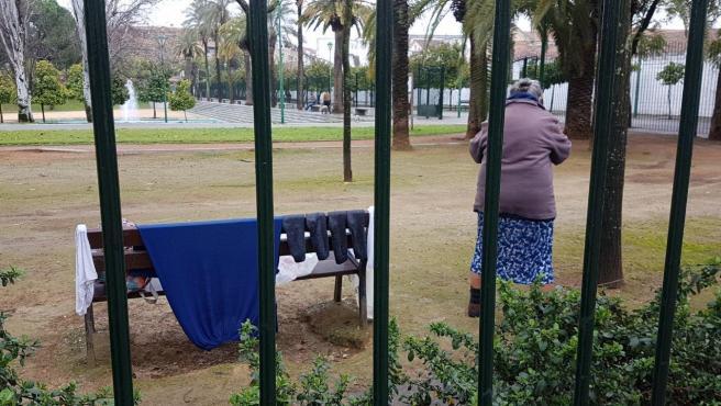 Una persona sin hogar en un parque de Córdoba.