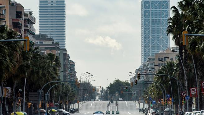 Calles prácticamente desiertas en Barcelona este domingo tras entrar en vigor el estado de alarma por el coronavirus.