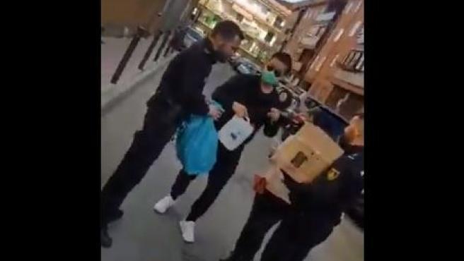 Ciudadanos chinos reparten mascarillas a agentes de Policía en Getafe.