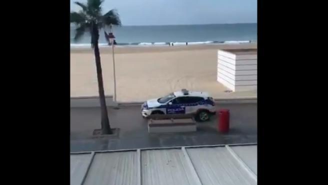 Coche de la Policía Nacional patrullando para evitar que la gente salga a la calle.