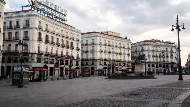 Otra panorámica de la madrileña Puerta del Sol completamente vacía por el estado de alarma.