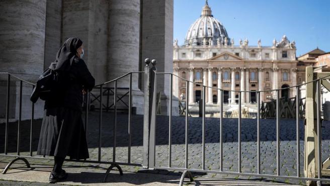Una monja contempla la Plaza de San Pedro vacía, en Roma.