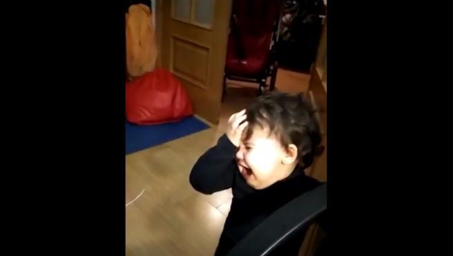 Una niña llorando desesperada porque quiere salir a la calle.
