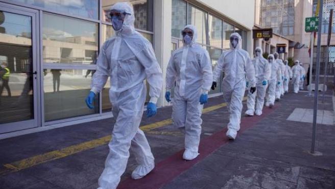 Efectivos de la Unidad Militar de Emergencias (UME) desplegados en el aeropuerto de Málaga.