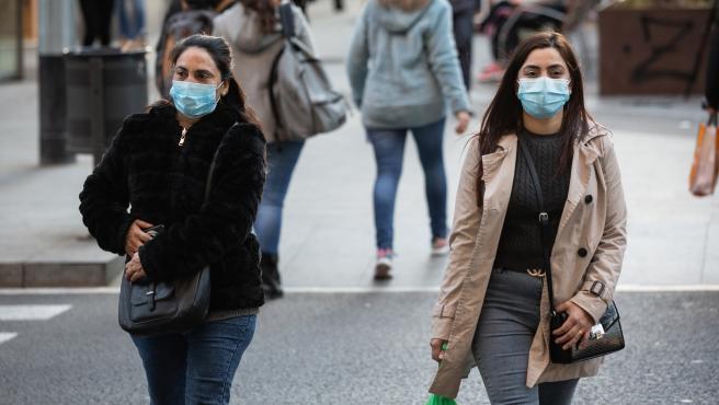 Dos mujeres con mascarillas caminan por Barcelona en una imagen de archivo.