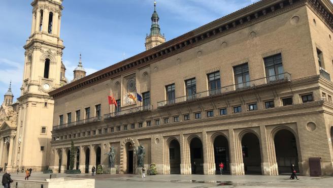 El Ayuntamiento de Zaragoza con torre del Pilar al fondo