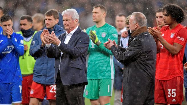 El dirigente Dietmar Hopp, junto a sus jugadores y los del Bayern.