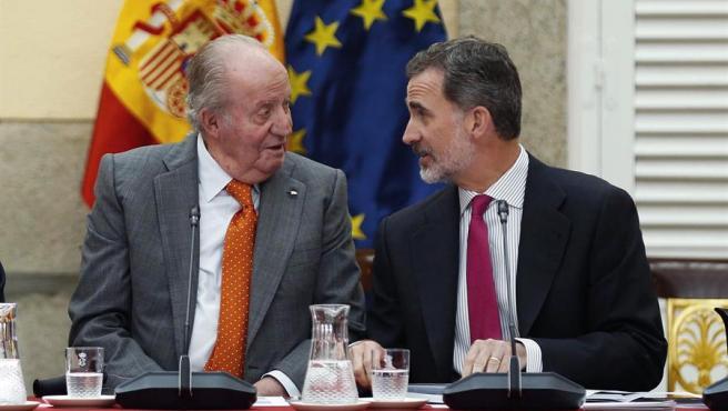 El rey Felipe VI y su padre, el rey emérito Juan Carlos I, durante la reunión del patronato de la Fundación Cotec.