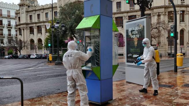 Efectivos de la UME realizan tareas de desinfección en la plaza del Ayuntamiento de València este lunes.