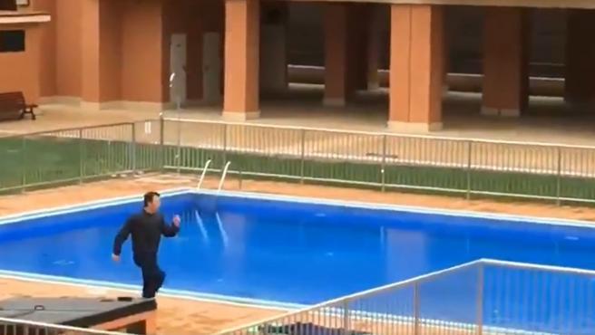 Juanjo Camacho, excapitán del Huesca, dando una clase comunitaria.
