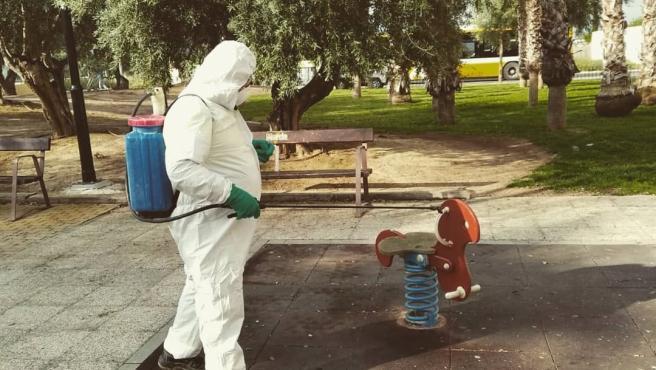 Un empleado municipal en Murcia realizando tareas de limpieza
