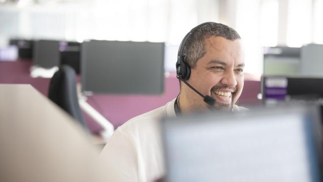 Un teleoperador trabajando en un centro de atención al cliente