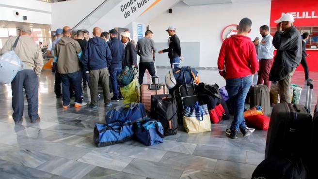 Viajeros en la Estación Marítima de Melilla, terminal de pasajeros del puerto de la ciudad autónoma.