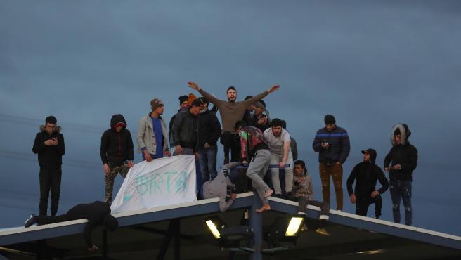 Los internos del CIE de Aluche, en uno de los tejados del centro pidiendo libertad.