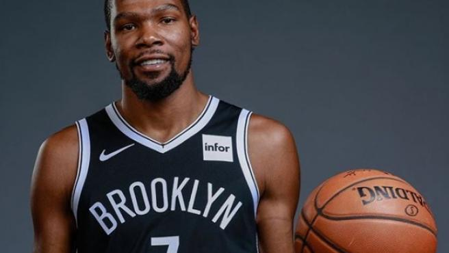 Kevin Durant posa con la camiseta de los Nets.