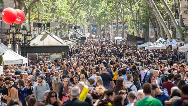 Las Ramblas de Barcelona se llenan de personas para disfrutar del día de Sant Jordi (archivo)