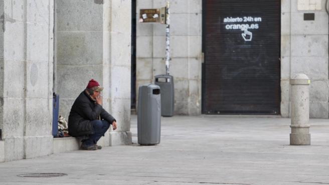 Una persona sin hogar, en Madrid, en el tercer día del estado de alarma por el coronavirus.