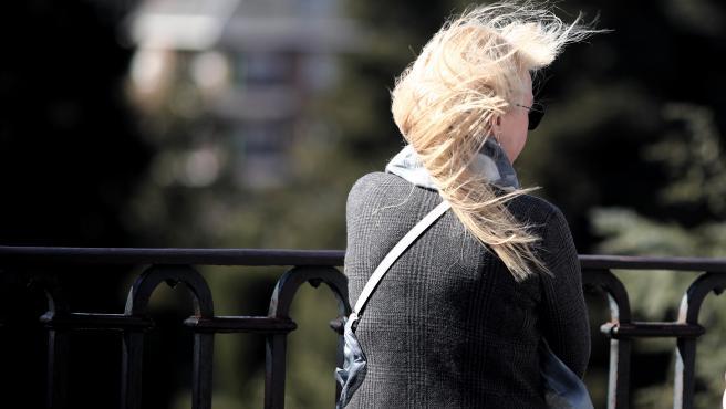 Transeúntes caminan abrigados por Madrid con la presencia de la borrasca 'Jorge' que desde el sábado se hace notar en la península dejando rachas muy fuertes de viento, lluvias y un frente frío, en Madrid (España), a 2 de marzo de 2020.