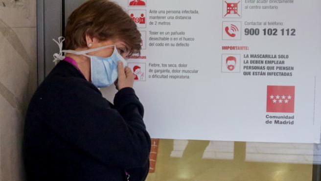 Una enfermera descansa en una de las puertas del Hospital Gregorio Marañón de Madrid.