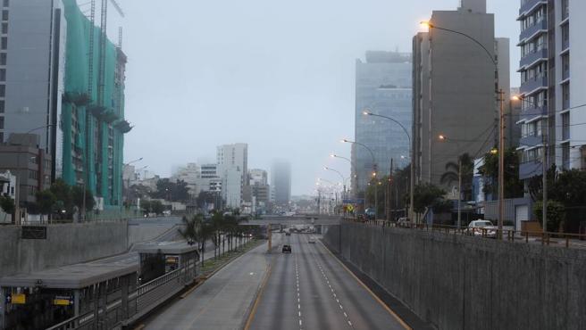 Una avenida en Lima (Perú), vacía tras la entrada en vigor del estado de emergencia por la pandemia del coronavirus.