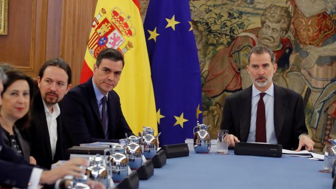 El vicepresidente segundo y ministro de Derechos Sociales y Agenda 2030, Pablo Iglesias, el presidente del Gobierno, Pedro Sánchez, y el Rey Felipe VI, durante la primera reunión del Consejo de Seguridad Nacional en el Palacio de la Zarzuela