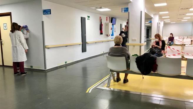 Imagen que muestra una sala de espera del hospital Ramón y Cajal, casi vacía y con parte de los asientos inutilizados para evitar contagios por coronavirus.